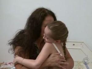 Menina ensina a babá a ler e escrever (Foto: Reprodução/RBS TV)