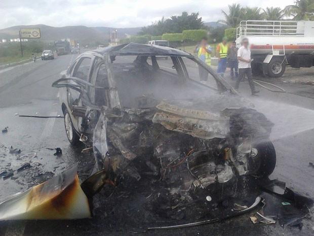 Após batida entre carro e ônibus, vítimas ficam feridas e carro pega fogo. (Foto: Fabiano dos Santos/ Site Binho Locutor)