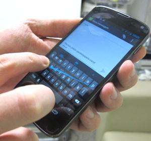 O Nexus vem com a opção de 'Escrita por gestos', que permite inserir uma mensagem apenas ao deslizar os dedos nas letras para formar as palavras (Foto: Laura Brentano/G1)