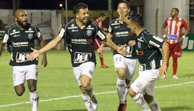 Caldense conseguiu vitória com gol no último lance contra o Villa Nova (Foto: Luciano Santos / Mantiqueira)