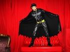 Veja clipe em que Latino aparece vestido de Batman