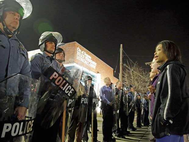 Manifestantes protestam na frente do prédio da polícia de Ferguson. (Foto: Jeff Roberson / AP Photo)