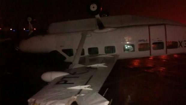 Avião virou por volta das 21h de sábado em Porto Alegre (Foto: Arquivo pessoal)