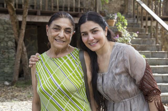 Letícia Sabatella levou sua mãe, Dona Marilza, para conhecer a cidade cenográfica de 'Tempo de amar' (Foto: Rede Globo / Marília Cabral)