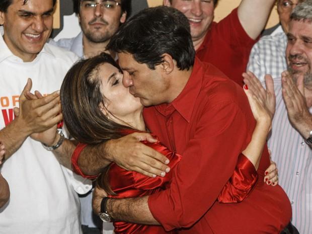 Fernando Haddad beija sua esposa após anúncio da vitória (Foto: Vagner Campos/G1)