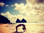 Giovanna Ewbank faz 'ponte' na praia e mostra barriga sequinha