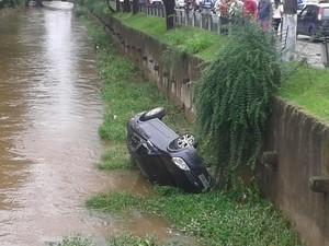 Carro no Rio Bengalas Nova Fribrugo, RJ (Foto: Bruna Verly)