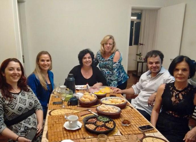 Ex-sister ao lado da família na casa do escritor em Minas Gerais (Foto: Arquivo Pessoal)