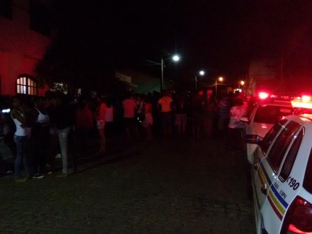 População em frente a delegacia de Polícia Civil em Carmo da Mata (Foto: Ricardo Welbert/G1)