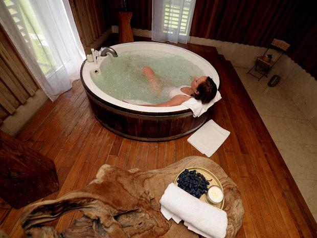 Mulher toma banho de ofurô no Spa do Vinho Caudalie, na França (Foto: Jean Pierre Muller/AFP)