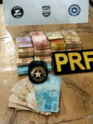 Motorista detido disse aos policiais que dinheiro seria levado até o Paraguai (Foto: PRF / Divulgação)