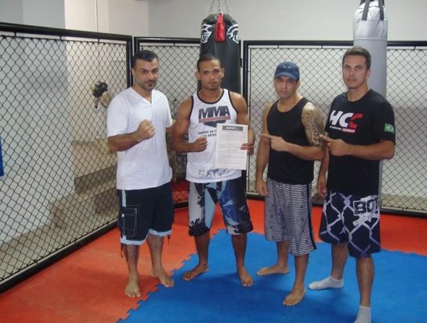 Os promotores do HCC e o lutador Renato Amorim (ao centro), após assinatura de contrato com o evento capixaba de MMA (Foto: Divulgação/Haidar Capixaba Combat)