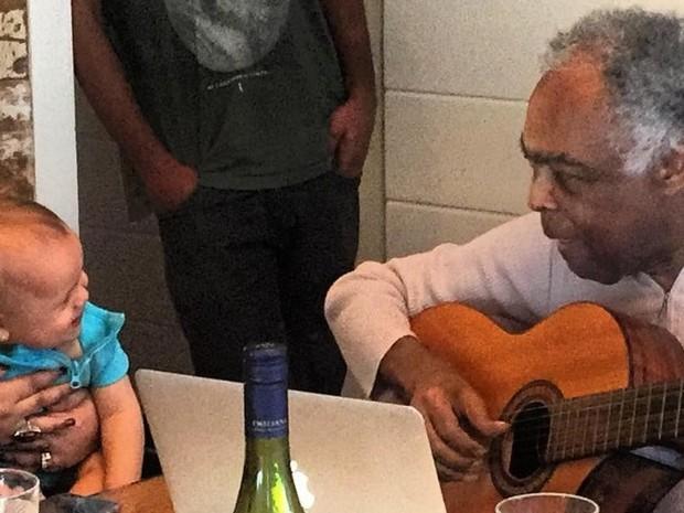 Gilberto Gil canta para a bisneta, Sol de Maria (Foto: Reprodução/Instagram/Rodrigo Godoy)