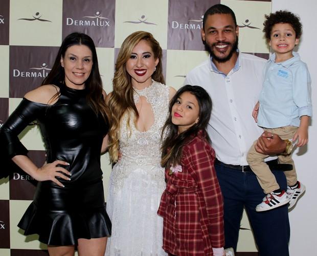 Simony posa com a dermatologista Juliana Cassorielo, Patrick Souza e os filhos Pyetra e Anthony  (Foto: Thiago Duran/AgNews)