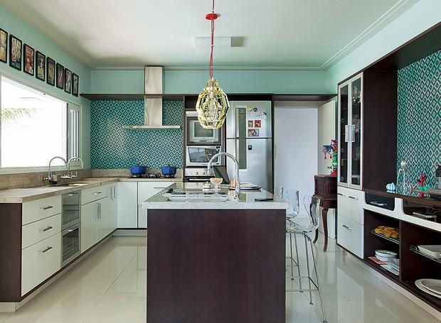 Os azulejos retrô turquesa revestem as paredes da cozinha decorada pela arquiteta Andrea Murao. Os outros ambientes da casa também carregam muitas cores (Foto: Cacá Bratke/Editora Globo)