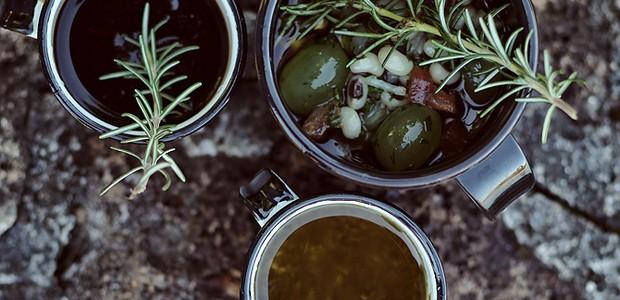 Em um almoço rústico, a redução de cerveja preta, o molho à provençal e o vinagrete de feijão-fradinho e uvas ficam em canecas, prontos para acompanhar o prato principal: peixe assado (Foto: Rogério Voltan/Editora Globo)