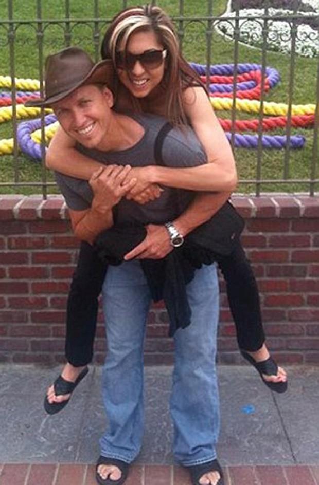 Rachael Farrokh e o marido antes da descoberta da anorexia (Foto: Reprodução)