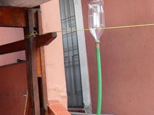 Morador de São Paulo adapta calha com garrafas PET para coletar água da chuva