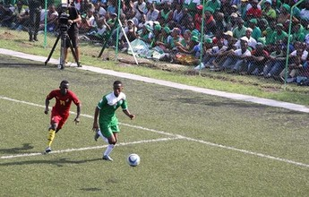 """BLOG: Jogo das eliminatórias africanas tem """"assentos"""" no chão, em estádio na floresta"""