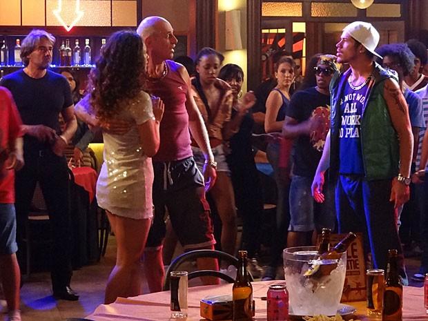 Leleco vê a cena e briga com o rapaz (Foto: Avenida Brasil / TV Globo)