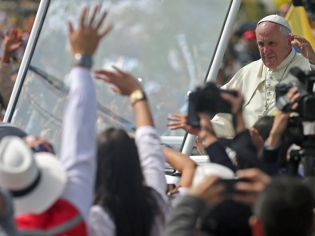 Papa Francisco chega para celebrar missa no Parque Bicentenário em Quito, no Equador, nesta terça-feira (7) (Foto: Fernando Llano/AP)