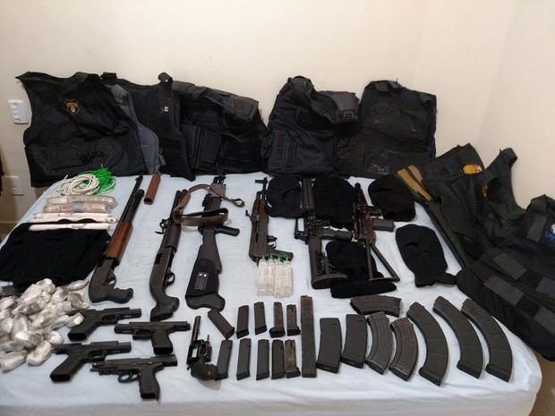 Polícia Militar apreendeu armas de uso restrito, explosivos e munições em apartamento na zona sul de Ribeirão Preto (Foto: Divulgação/Polícia Militar)