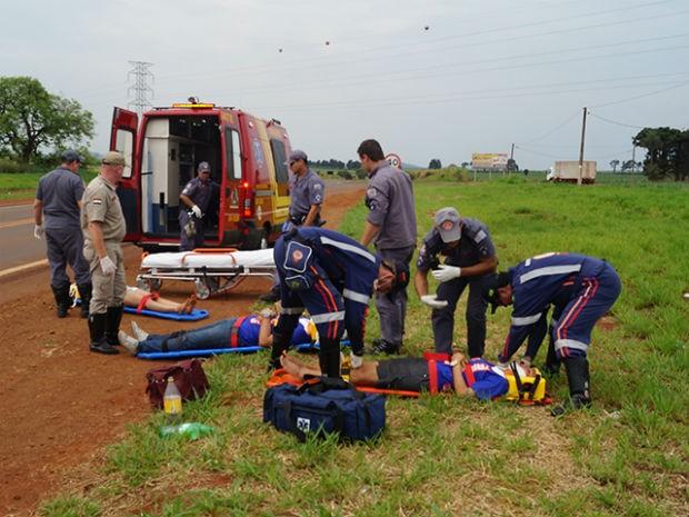 Jovens foram resgatados com ferimentos leves e levados para a Santa Casa (Foto: Ademir Naressi/Reporter Naressi)