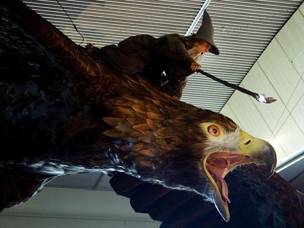 Personagem Gandolf em águia é pendurado no teto do aeroporto de Wellington (Foto:  Marty Melville/AFP)