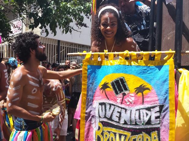 17.02 - Estandarte do bloco Juventude Bronzeada, de BH (Foto: Tábata Poline / G1)