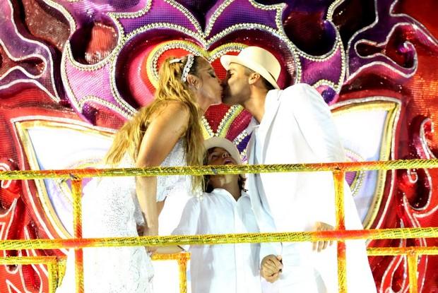 Ivete Sangalo beija marido  (Foto: Claudio Andrade/EGO)