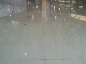No chão, copos quebrados, sujeira e mancha de sangue (Foto: Flávia Galdiole/ TV Morena)