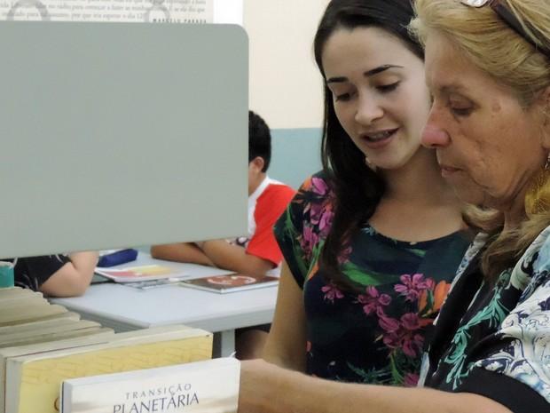 Apesar de gostarem de ler, ambas admitem ser ruins com a escrita (Foto: Caio Gomes Silveira/ G1)