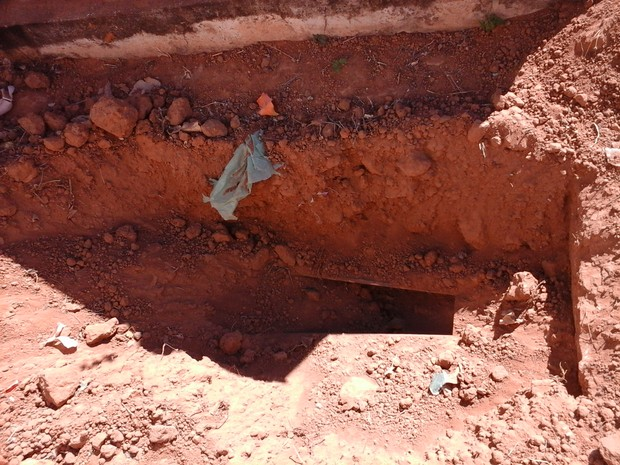 Cova onde estava corpo de idoso, agora está apenas com o caixão no Cemitério de Corrente (Foto: Adson Jordão / Correnteenoticia)