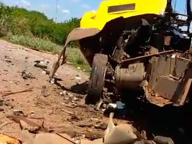 Carro-forte ficou destruído após ser explodido no sudoeste da Bahia (Foto: Divulgação)
