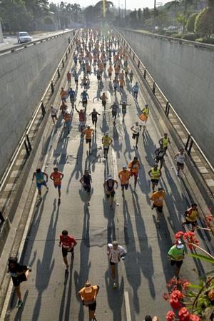 Corredores passam pelo túnel Tribunal de Justiça, na zona sul da capital paulista, na 20ª edição da Maratona Internacional de São Paulo neste domingo (19) (Foto: Levi Bianco/Brazil Photo Press/Estadão Conteúdo)