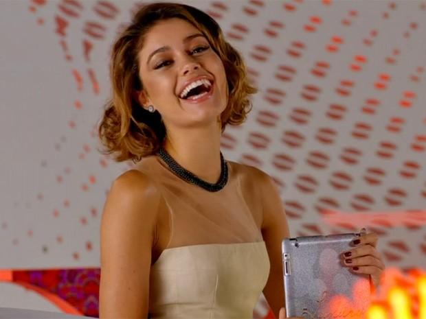 Realmente, com um vestido fino como esse, ela só poderia rir à toa, né?! (Foto: Sangue Bom/TV Globo)