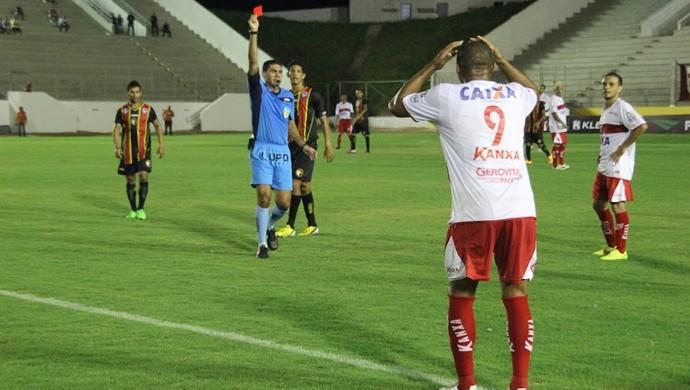 Atacante do CRB, é expulso após cometer falta feia em Marcelo, do Globo (Foto: Fabiano Oliveira)