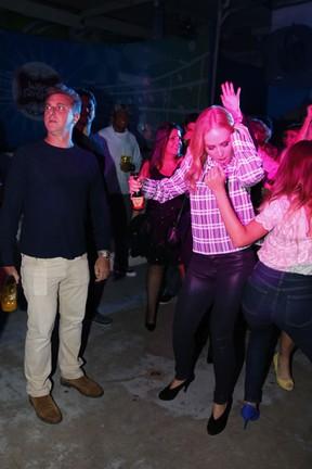 Observada por Luciano Huck, Angélica dança com Juliana Silveira em festa no Rio (Foto: Felipe Panfili/ Ag. News)