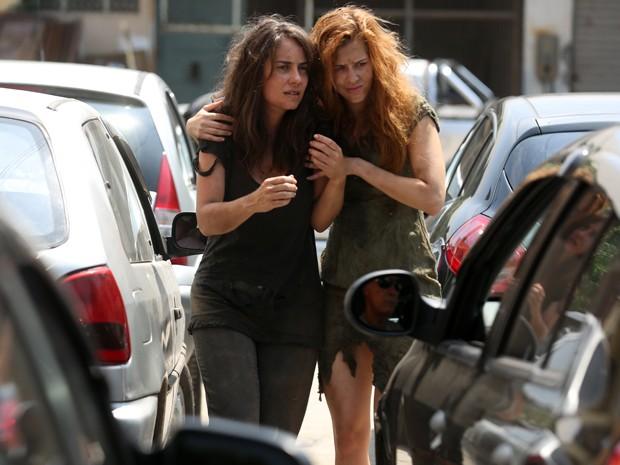 As duas aparecem desesperadas na sarjeta (Foto: Pedro Curi/Gshow)