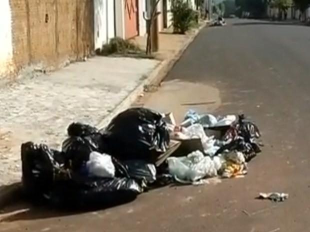 Coleta é feita em apenas 70% da cidade, 30% do município sofre com a falta do serviço. (Foto: Reprodução / TV TEM)