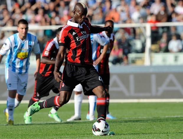 Balotelli milan gol pescara (Foto: Agência AP)