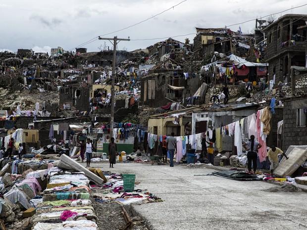 Sobreviventes do furacão Matthew estendem roupas no Haiti após passagem do furacão  (Foto: Logan Abassi UN/Minustah)