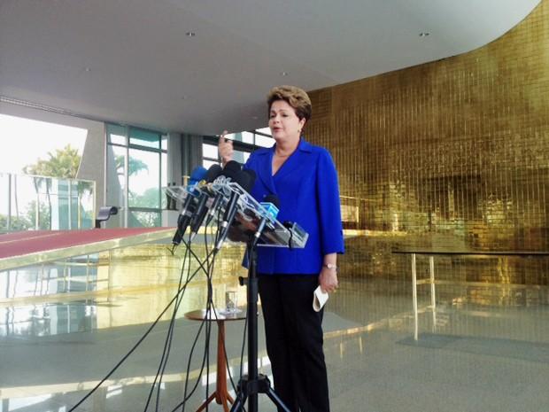 A candidata do PT, Dilma Rousseff, concede entrevista a jornalistas no Palácio da Alvorada (Foto: Filipe Matoso/G1)