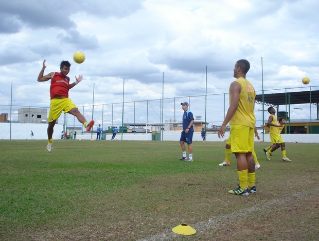Jogadores do Nacional-MG Júnior treinando para o próximo jogo (Foto: Cleber Corrêa/GLOBOESPORTE.COM)