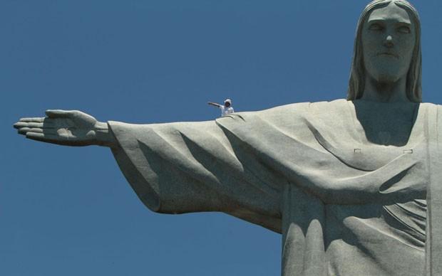 Funcionários sobem no Cristo antes de início de reparos na mão direita da estátua, atingida por raios durante tempestade semana passada (Foto: Levy Ribeiro/Brazil Photo Press/Estadão Conteúdo)