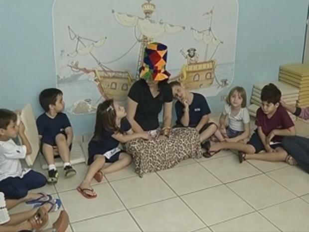 Crianças escutam histórias e são incentivadas a criar em escola de Marília, SP (Foto: Reprodução/TV Tem)