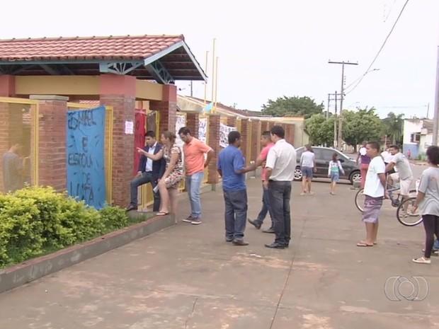Pais de alunos não conseguem confirmar matrículas dos filhos em escolas ocupadas Goiás Goiânia (Foto: Reprodução/TV Anhanguera)