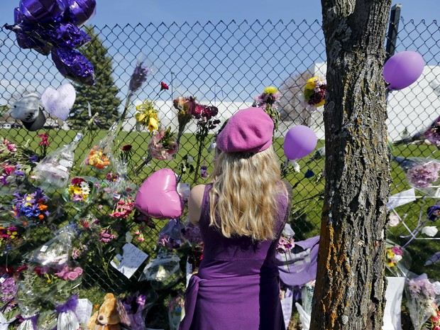 Homenagens em frente à casa de Prince neste sábado (23) (Foto: REUTERS/Eric Miller)