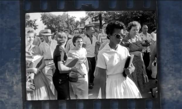 Elizabeth (à frente) e Hazel em foto feita por Will Counts em 4 de setembro de 1957 (Foto: Reprodução / YouTube / Yale Press)