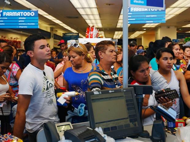 Consumidores fazem fila em rede de farmácia Farmatodo (Foto: Reuters)